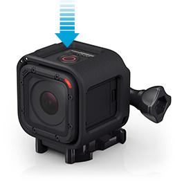GoPro HERO4 Session verfügt zum Aufnahme-Start und Aufnahme-Stopp über einen mittig platzierten Record Button. Bis auf den kleinen Connection Button auf der anderen Seite wird die HERO4 Session ausschließlich per Smartphone-App (erhältlich für Android und iOS) gesteuert.