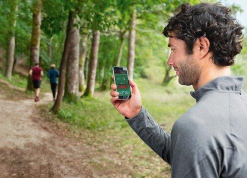 """Der Indego Connect kann mit der """"Bosch Smart Gardening""""-App einfach, bequem und von überall aus per Smartphone oder Tablet gesteuert werden – vom Sofa im Wohnzimmer aus, während der Reise mit Bus oder Bahn oder selbst aus dem Urlaub. Dank Erweiterung der """"Bosch Smart Gardening""""-App berechnet der Roboter-Mäher künftig den optimalen Zeitpunkt für den nächsten Rasenschnitt. Das ist """"Smartes Mähen 2.0""""."""
