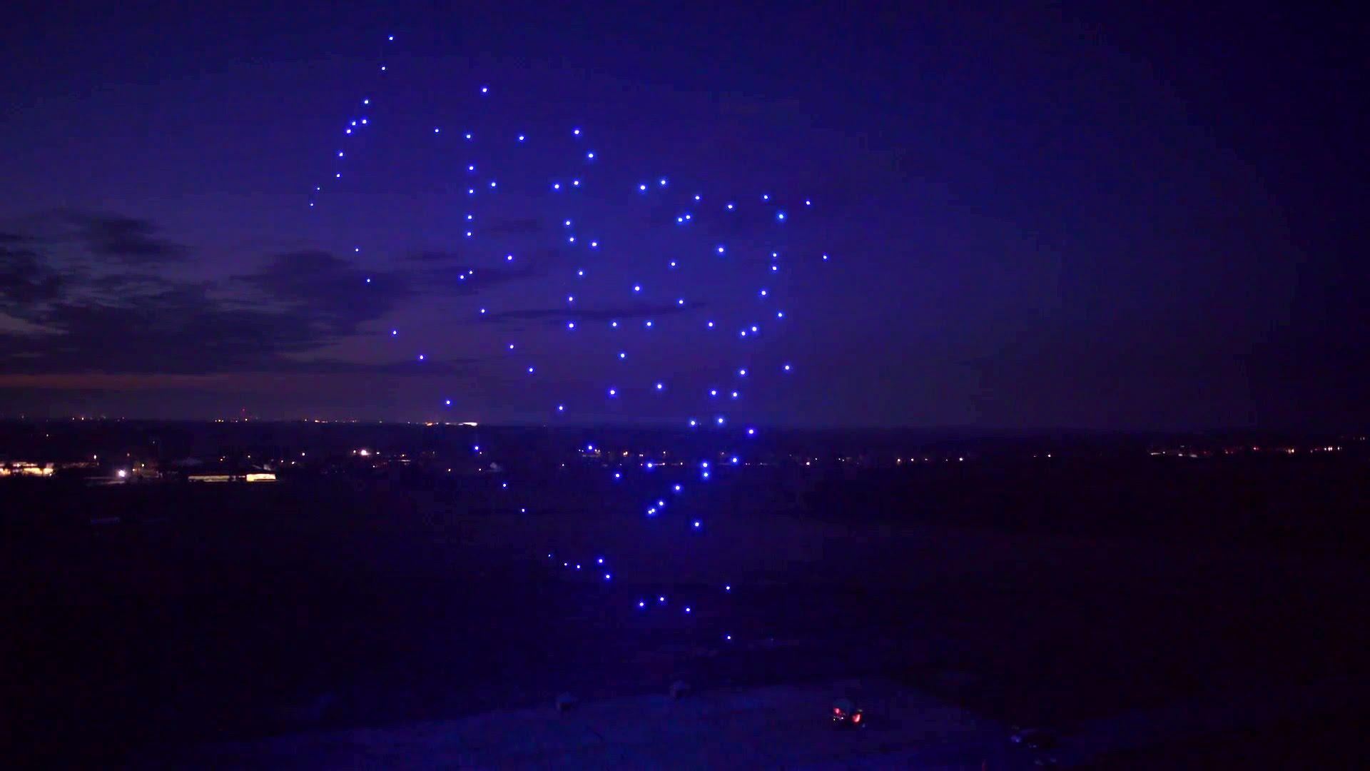 Drohnen-Tanz: 100 Quadrocopter fliegen in Formation